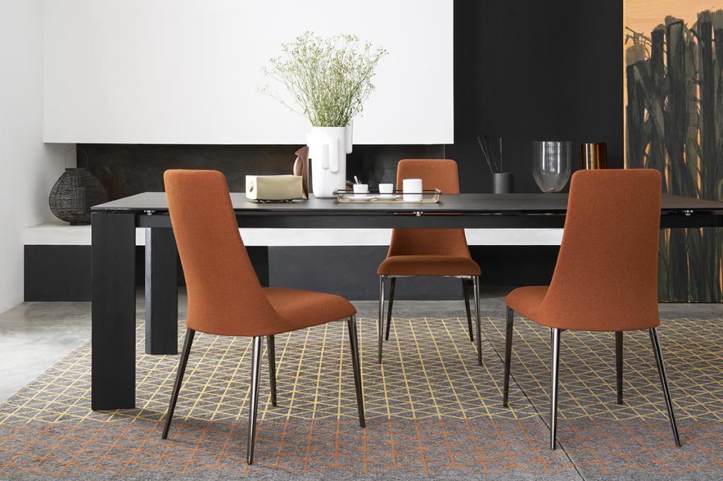 Stylové oranžové židle a stůl