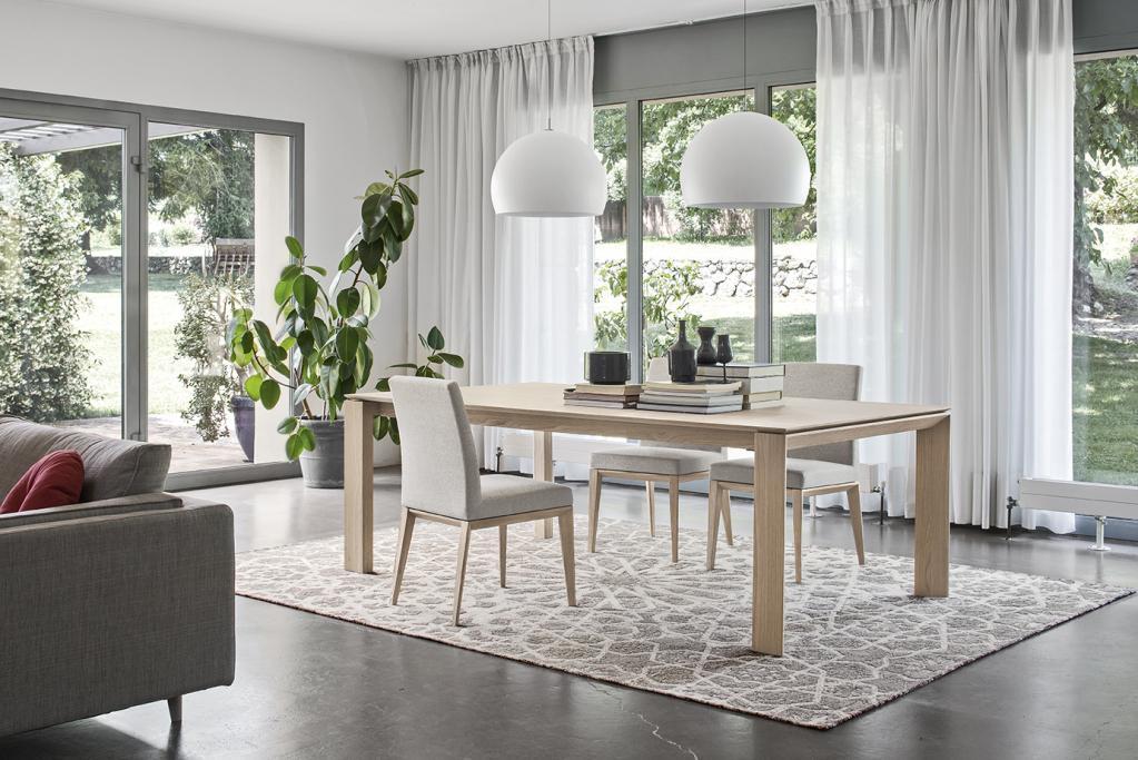 Minimalistický dřevěný stůl