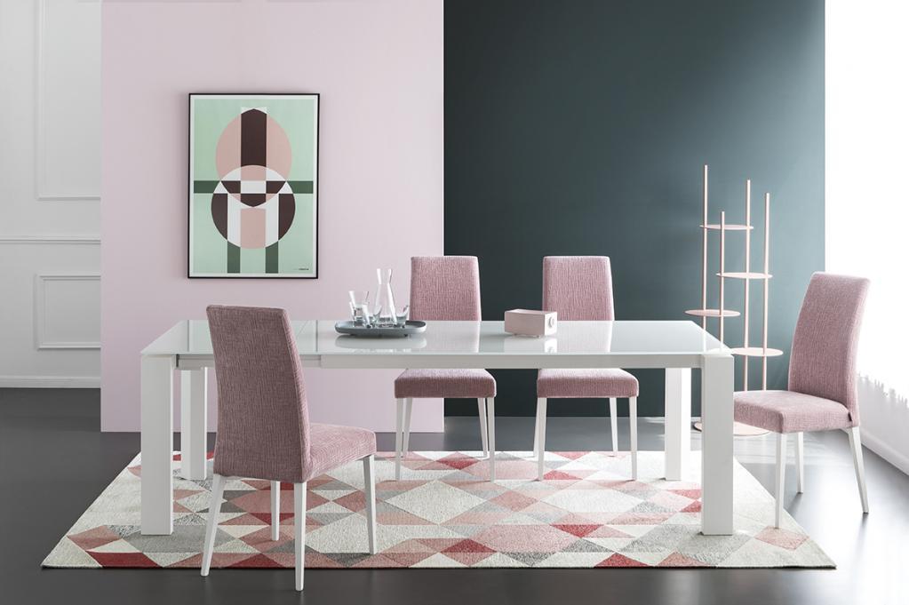 Bílý jídelní stůl a růžové židle Calligaris