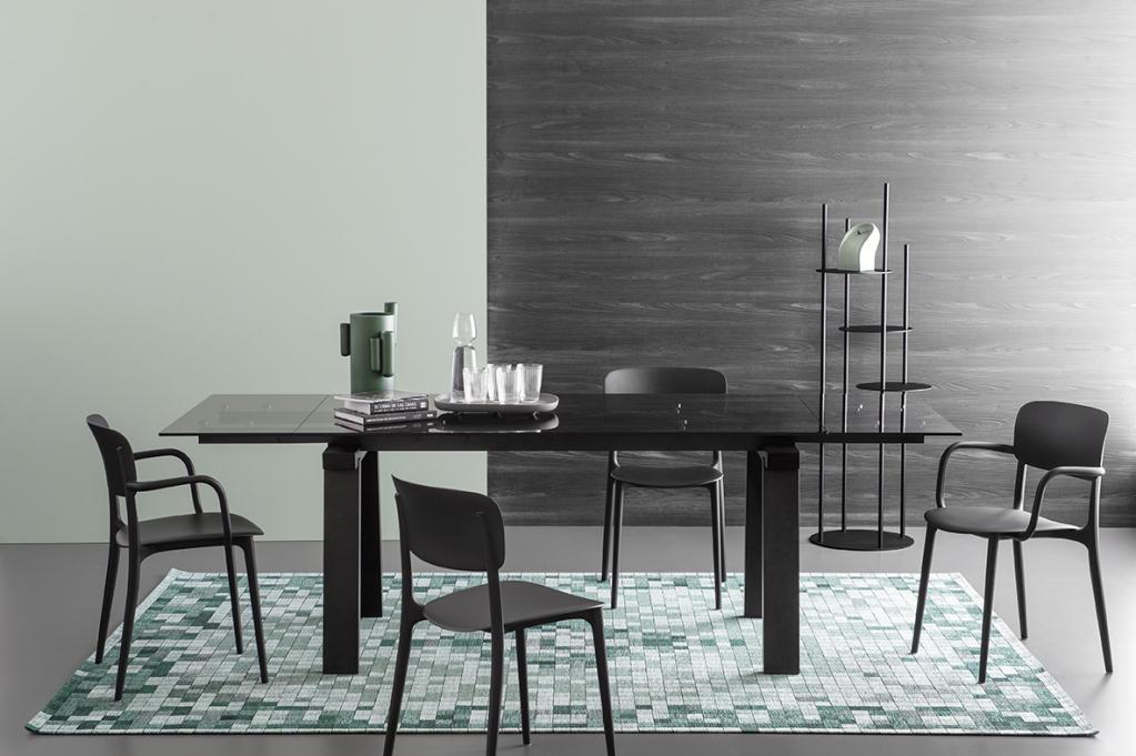 Luxusní tmavý stůl