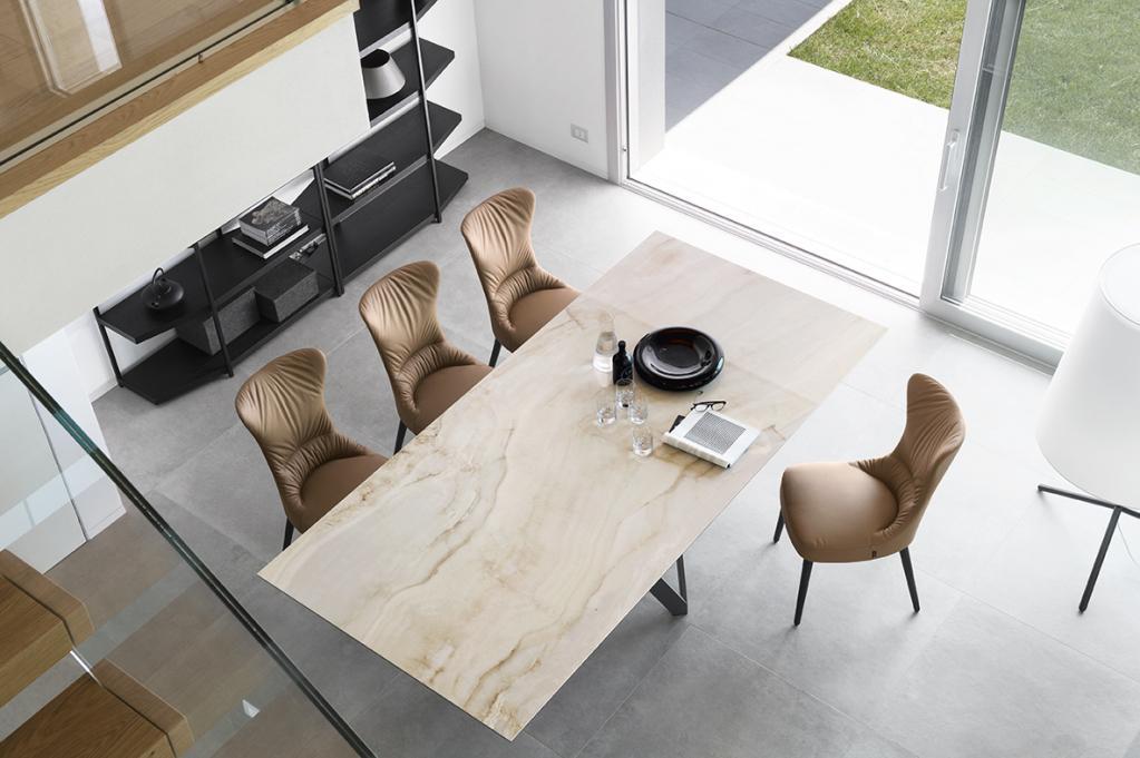 Pohodlné jídelní židle a stůl Calligaris