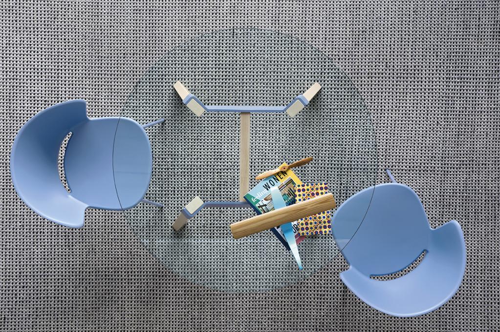 Prosklený konferenční stolek