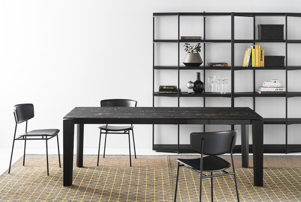Černý jídelní stůl a židle