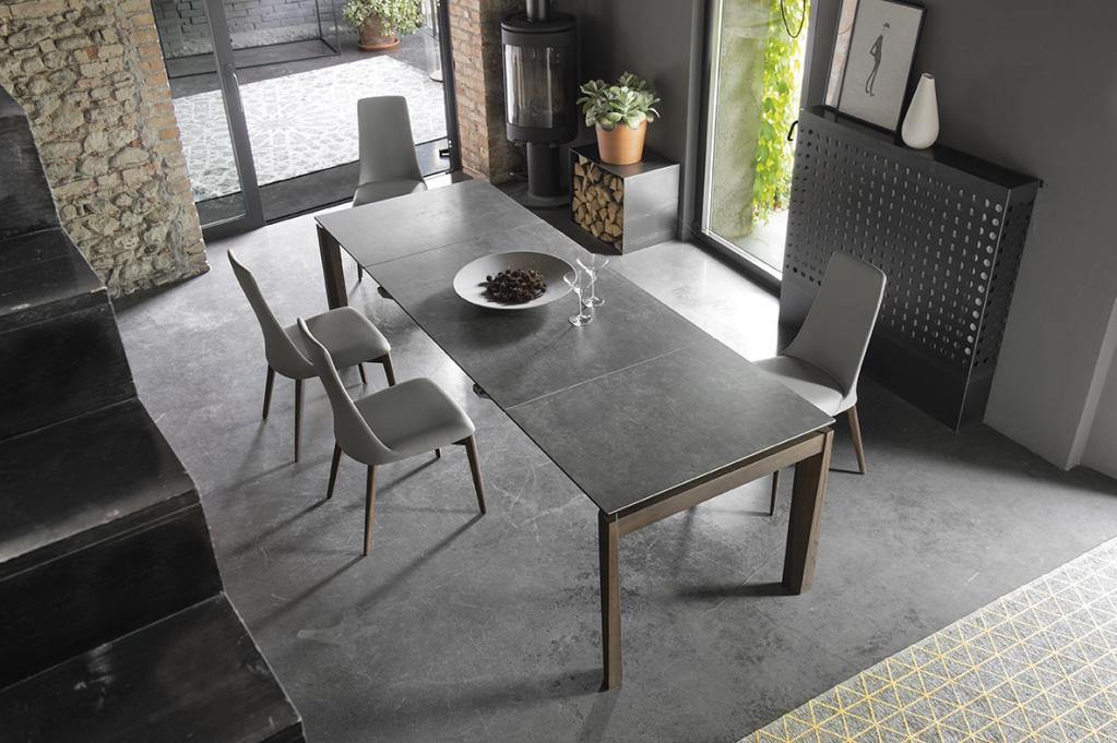 Tmavý moderní jídelní stůl