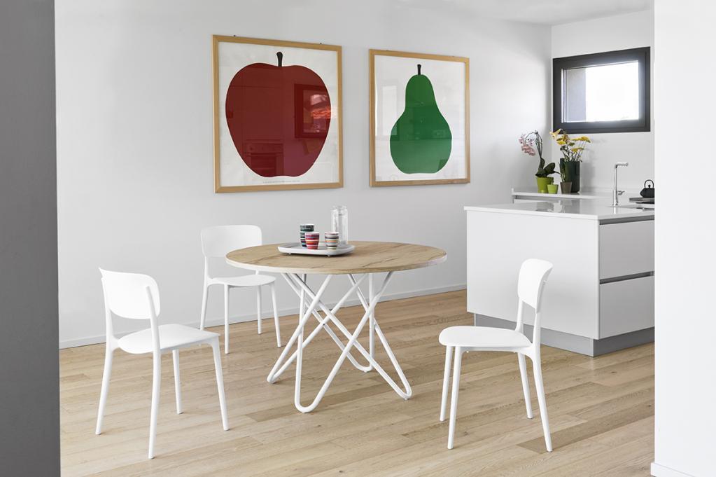 Jednoduchý dřevěný stůl s židlemi