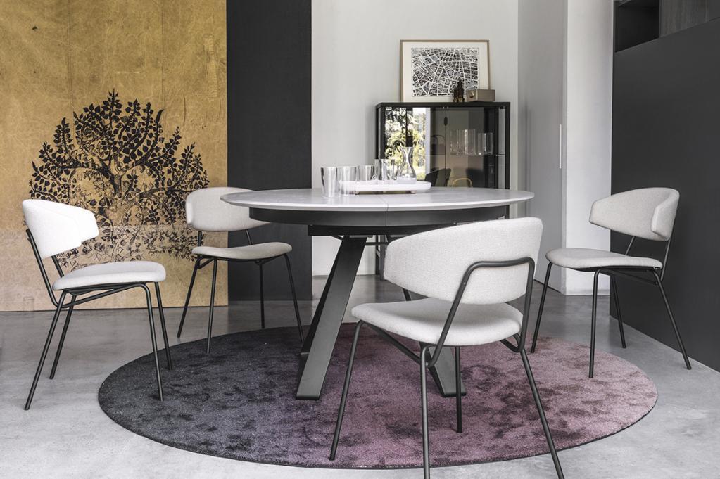 Praktický bílý stolek