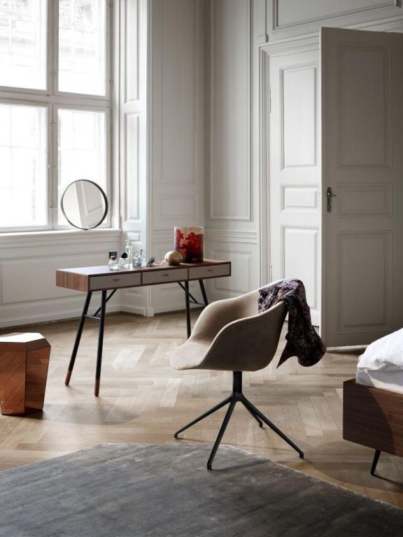 Stylový dřevěný stolek a židle