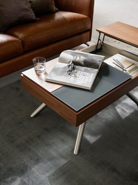 Masivní konferenční stůl s úložným prostorem