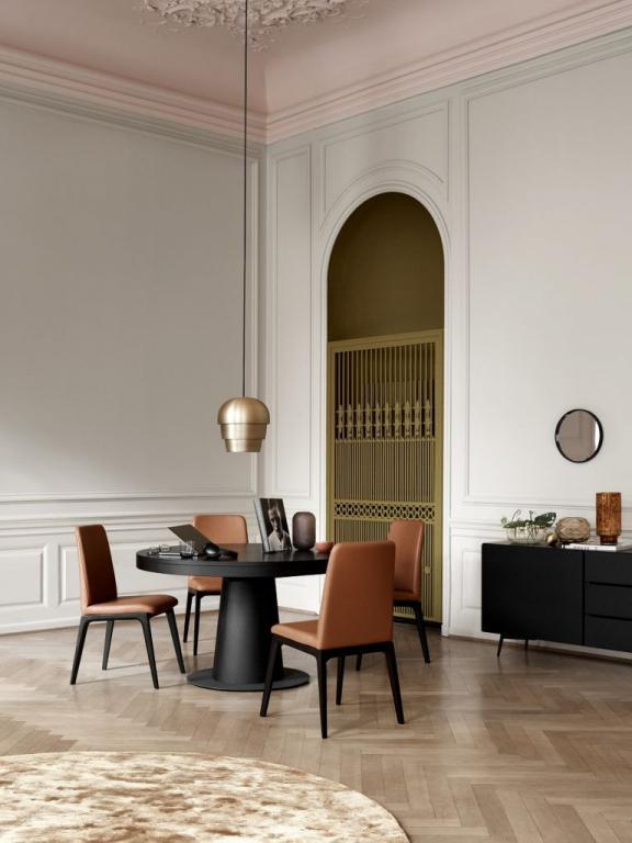 Kulatý konferenční stůl s židlemi
