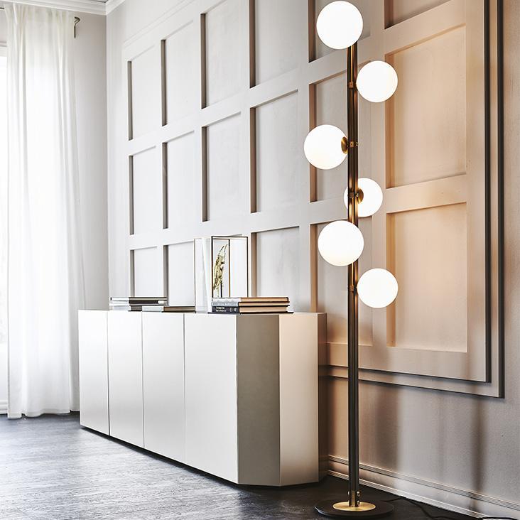 Moderní stojací lampa