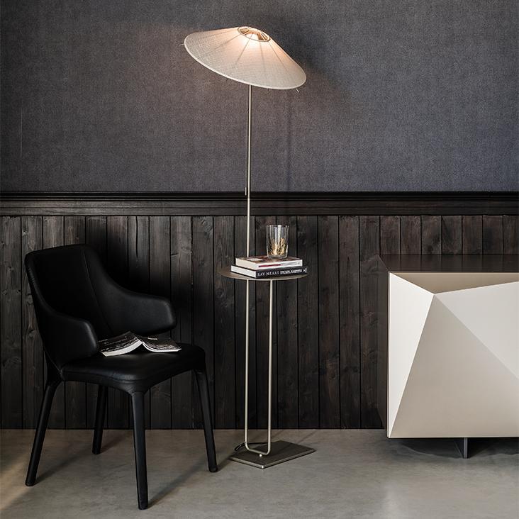 Lampa a stolek v jednom