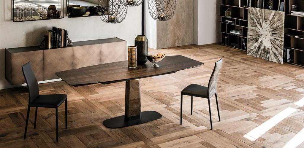 Praktický dřevěný stůl