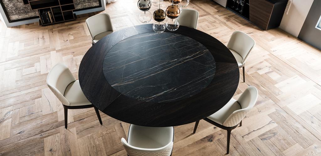 Černý kulatý stůl