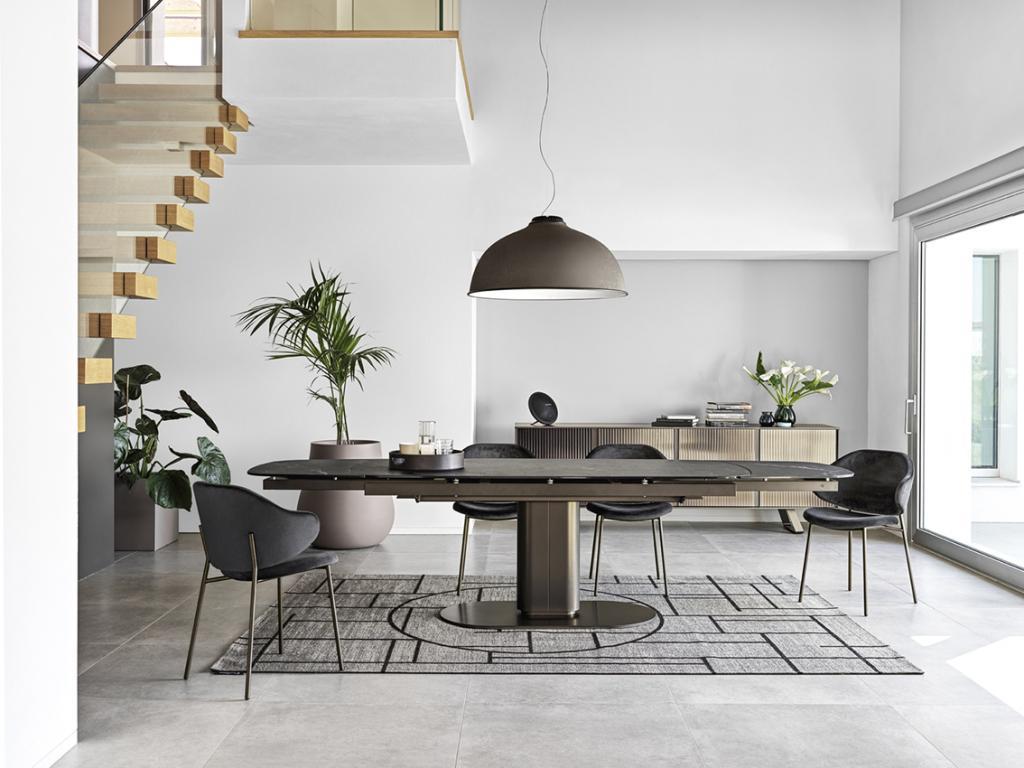 Praktický tmavý stůl a židle Calligaris